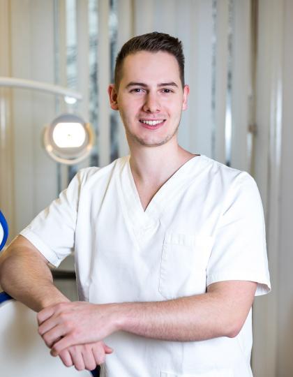 Dr. Tapasztó Bálint - Dentist